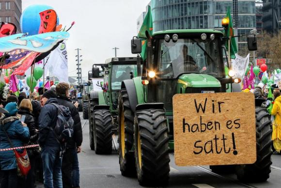 Trecker bei Demo mit Demonstranten